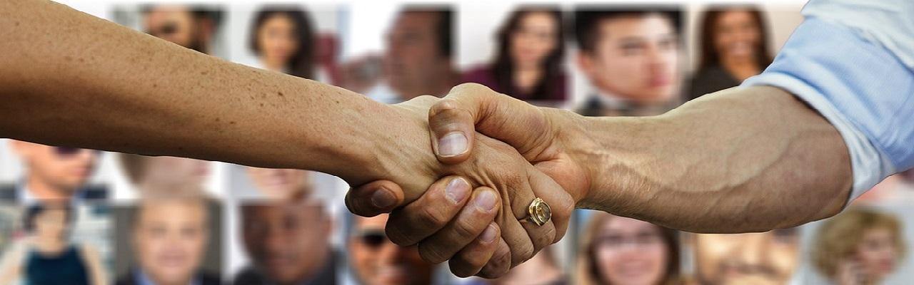 Handshake vor Menschenmenge